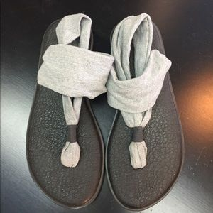NWOT Sanuk Grey and Black Yoga Sandals Size 7